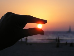 Sole tra le dita
