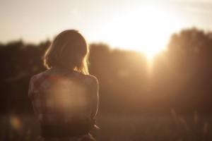 Donna davanti al tramonto