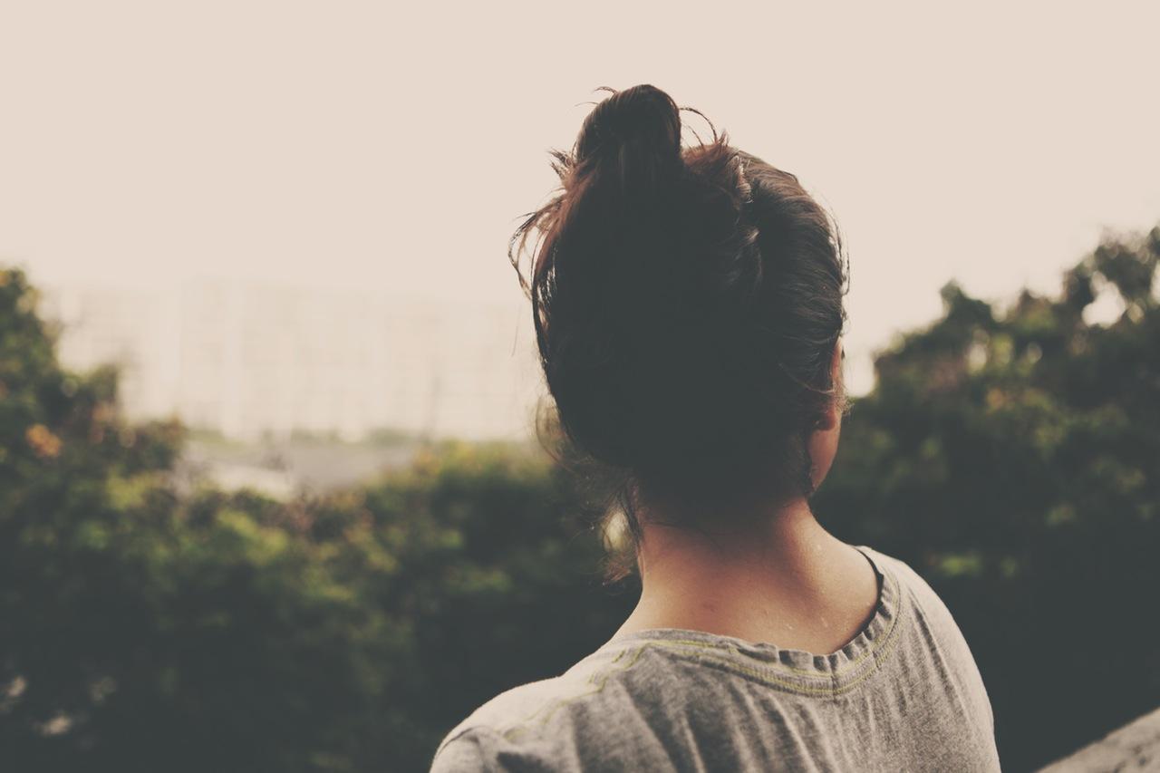 Donna ritratta di spalle
