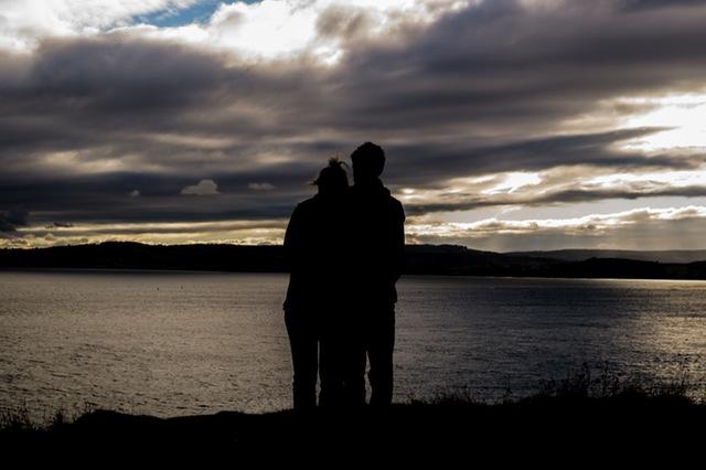 Due persone si abbracciano